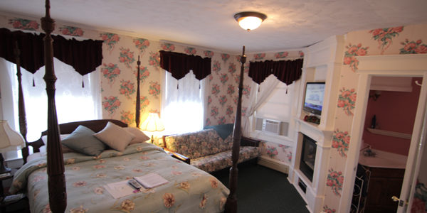Queen Size Bed, New FLAT SCREEN TV, New Fireplace, AC, cable TV, CD player, Mini Refrigerator and a Private bath,600 Thread Count. Free Wi-Fi