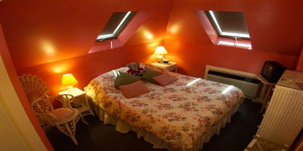 Sunset Boulevard - This cozy romantic room has two skylights so you can try to reach for the stars, 600 Thread Count Sheets. Private bathroom, Free Wi-Fi